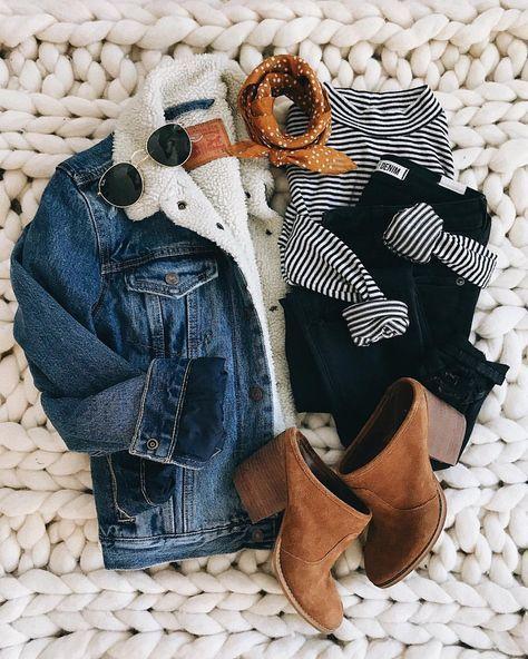 Jeansjacke mit Sherpa-Fleecefutter, schwarz gestreiftes T-Shirt, schwarze Skinny Jeans, Kastanienpantoletten