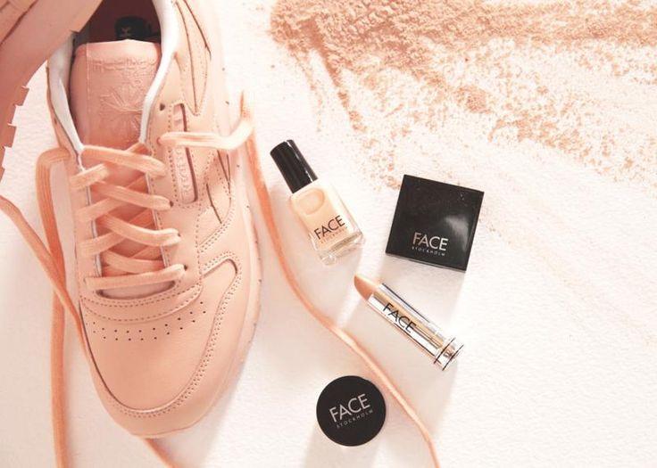 Van coole sneakers kunnen we nooit genoeg krijgen. Zeker als er weer een special edition uitkomt. Deze collectie van Reebok in samenwerking met FACE Stockholm is geïnspireerd op kleuren van make-upproducten. En wij willen die roze. Nu.