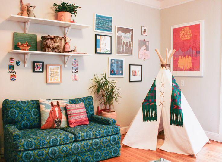 Красивая обивка дивана в детской комнате