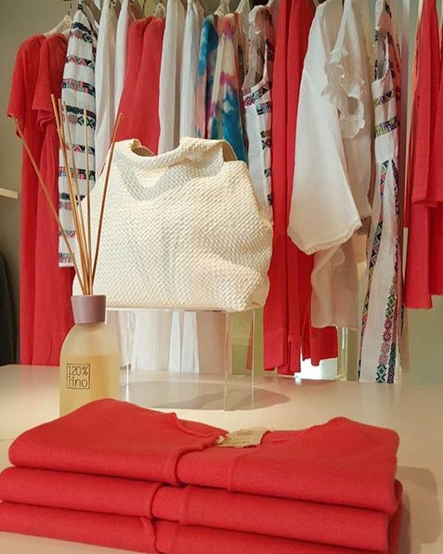 A coral red accessory and we're ready for the weekend.  120% Store, Via Pontaccio,19 Milan  #120percento #120lino #linen #store #brera #milan #red #coral #shade #accessory #clothes #wearing #shopping #weekend #mood #colors #beautiful #fashion #details #closeup #evening
