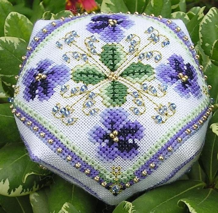 Pansy Biscornu - Pattern: https://www.pinterest.com/pin/374291419004119096/