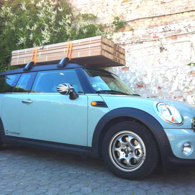 Off to a client with six softwalls on the roof of my Mini. In fact 27 meter wall in the hight of 183 cm.