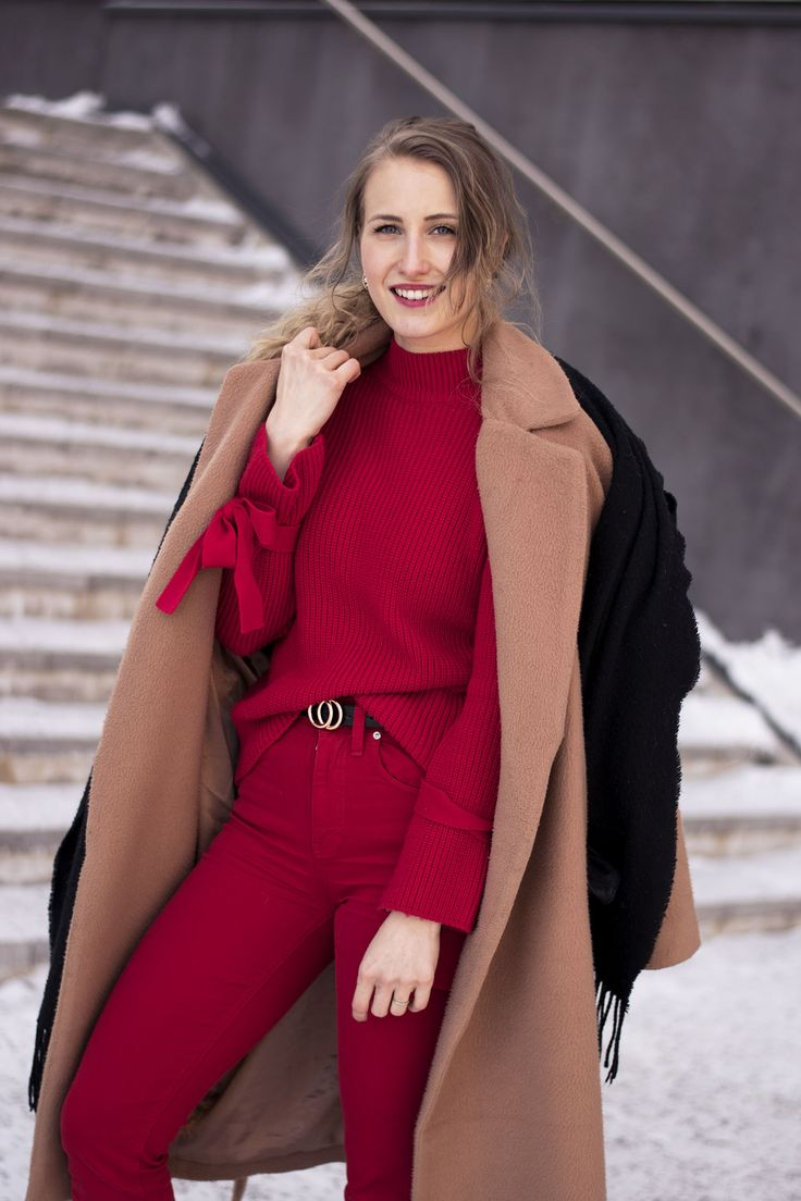Outfit, red, knit, red, jeans, beige trench coat, gold details, style,