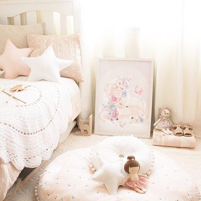 Lastenhuoneessa ei voi olla liikaa tyynyjä! Ne tuovat laskeutuvien verhojen tai verhokatoksen kanssa ihanan pehmeän tunnelman huoneeseen. Ihastuin kyllä myös näihin taianomaisiin @schmooksart tauluihin✨ • • Steph this room is amazing, love the big floor cushion and that magical piece of art✨ @eleanorsroom • • • #lastenhuone #lastenhuoneensisustus #sisustus #lapsille #tytölle #tytönhuone #kidsroom #girlsroom #kidsinterior #kidsroomdecor #kidsroomdesign #kinderzimmer #forgirl #sisustaja…