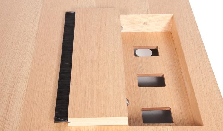 Hidden compartment for cable management. Sollte mit einer zweiten Tischplatte realisierbar sein.