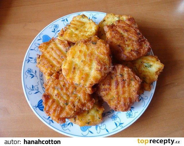 Vařené brambory nastrouháme na hrubé straně struhadla, dáme do mísy, prosypeme solamylem, osolíme, přidáme špetku strouhaného muškátového oříšku...