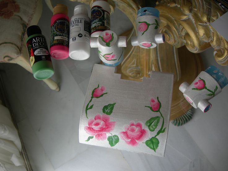 Románticos accesorios de baño estilo Shabby Chic, restaurados con pintura acrílica y blanco nacarado. https://www.youtube.com/watch?v=pneClKXXYUA