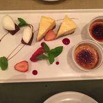 マンゲキョウ - デザート盛り合わせ  クリームブリュレ、チーズケーキ、ブラウニーにグランマニエの生クリーム、苺
