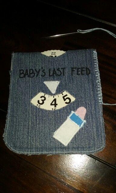 Kadootje voor een babyshower. Gemaakt van een parkeerschijf, oude jeans en kleine stukjes stof.