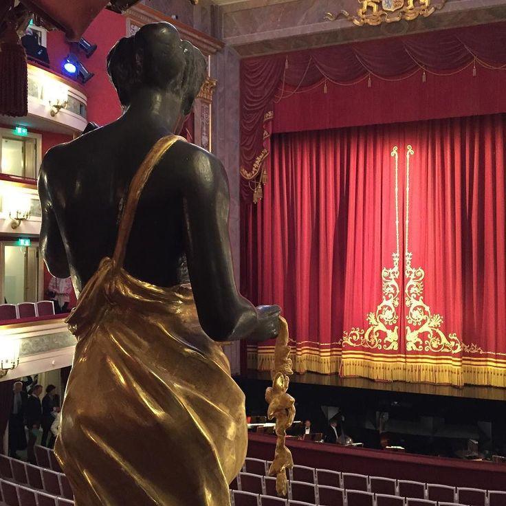 Vor ein paar Tagen hat nach langer Umbaupause das Gärtnerplatztheater wieder geöffnet und erstrahlt im neuen Glanz. Wir waren am Eröffnungsabend dabei und finden schön dass wieder alles an (s)einem Platz ist und sind gespannt auf die neue Saison. #wiederamplatz #gärtnerplatztheater #theater #zuschauerraum #kunst #art #munich #monaco #muenchen #münchen
