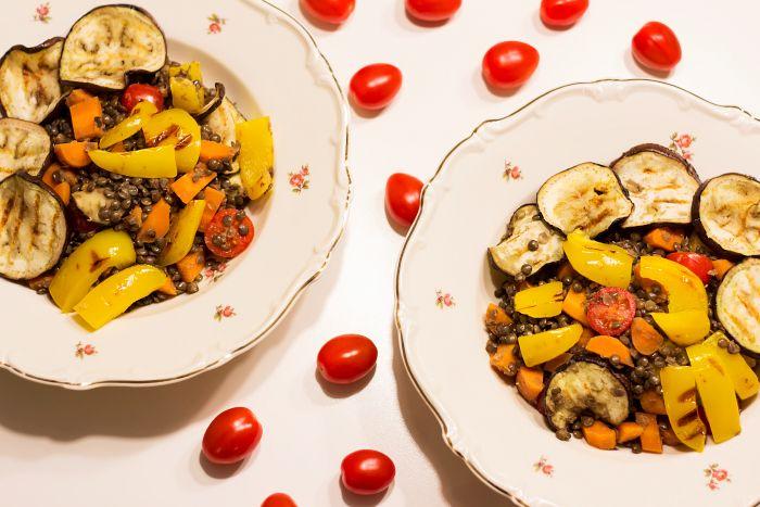 Recept | Vegan Linzenschotel met Gegrilde Aubergine en Paprika, Wortel & Cherry Tomaatjes - www.retrosonja.com