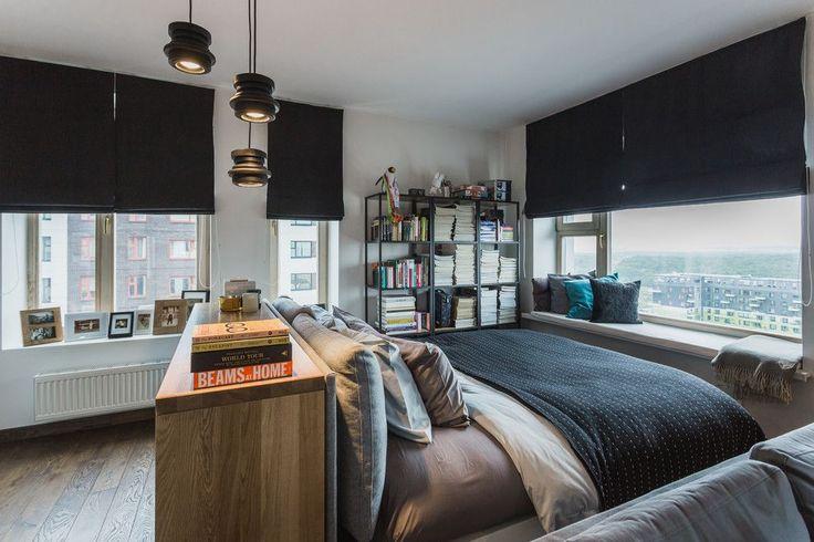 Выбираем шторы для спальни: материалы, колористика и 50 трендовых дизайнерских решений http://happymodern.ru/dizajn-shtor-dlya-spalni-47-foto-vybiraem-cveta-i-tkani/ Стильные римские шторы черного цвета в современной спальне