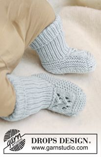 """Knitted DROPS booties with lace pattern in """"Merino Extra Fine"""". ~ DROPS Design"""