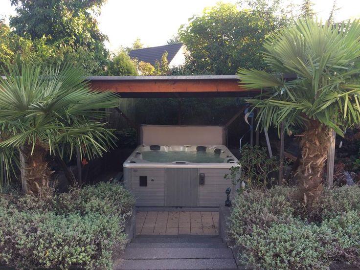 #Jacuzzi van Sunspa Benelux in een schitterende tropische tuin in Nederland