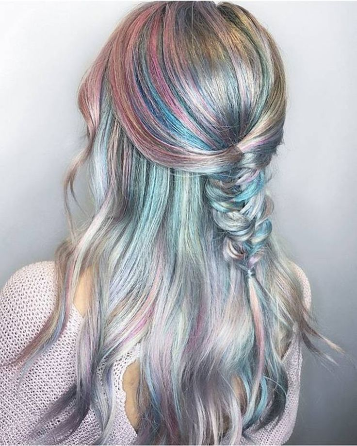 ❤️ LOVE! ❤️ Holographic hair explained. Howto do it? What is it? – Holo hair coloring the hottest new hair color trend - soft pastel color with metallic holo glow - silver, grey, purple, pink, blue, teal, green - simple fishtail half-up hairstyle | CircleTrest