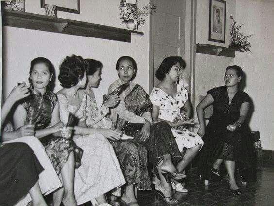 Ibu-ibu sosialita tahun 1950an