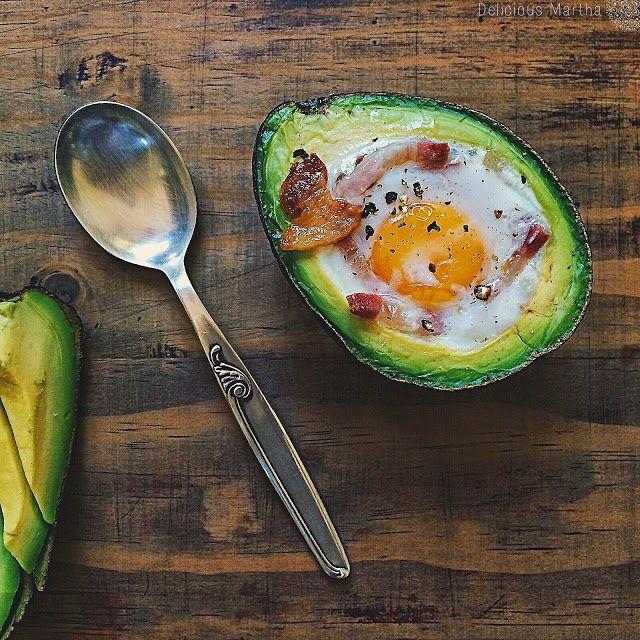 Receta de una cena o un entrante fácil y rápido de preparar y muy sano. Rellenar el aguacate con un huevo y unas tiras de bacon y hornear.