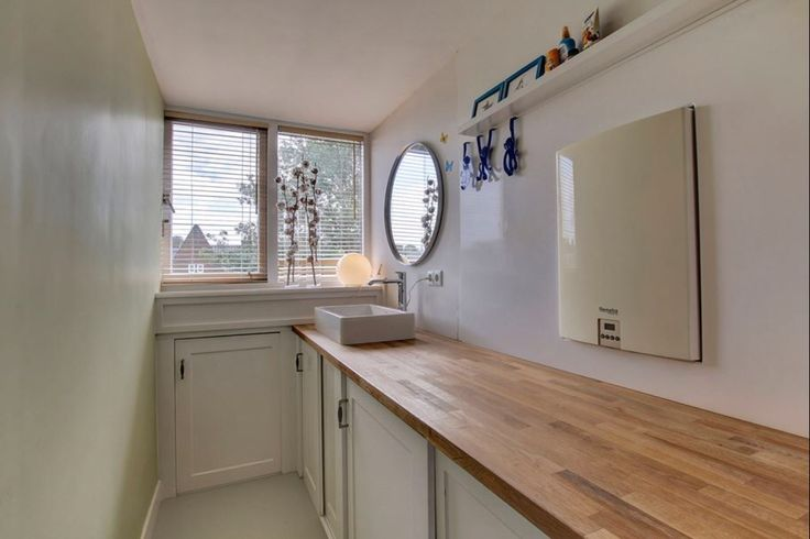 Laundry room - schuine wand opslag - Farrow & Ball Green Ground
