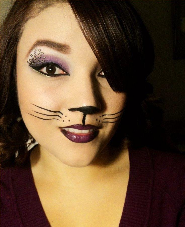 maquillage Halloween femme : chat mignon avec fards en violet et noir et eye-liner noir