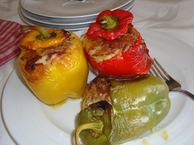 peperoni ripieni di salsiccia e patate.