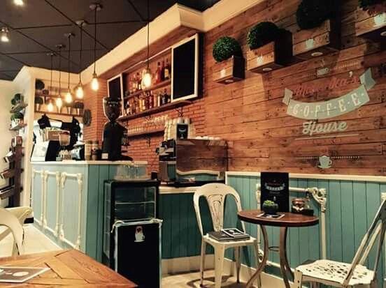 Decoracion Vintage. Mobiliario Cafetería. Mesa Coffee. Silla Metalica Industrial. Decoración local comercial. Palets. www.desvanvintage.com