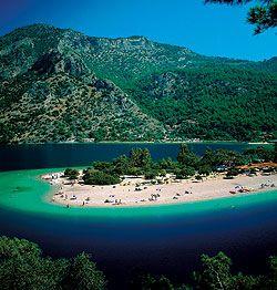 ¿España? No, Turquía, y concretamente las famosas playas de Olu Deniz, en la región del Egeo./ SUPERSTOCK
