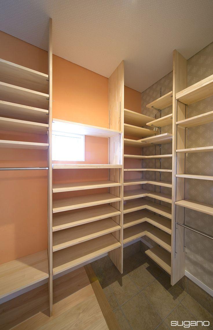 玄関をすっきりさせるシューズクローク。オレンジの壁はお客様が塗った珪藻土。 #和風住宅 #家づくり #新築住宅 #玄関 #シューズクローク #シューズクローゼット #scl #珪藻土 #設計事務所 #菅野企画設計