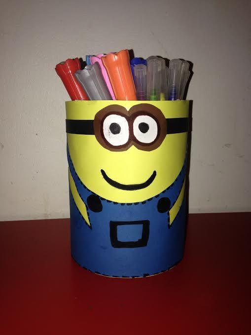 Voici une super activité à réaliser avec vos enfants, grace au tutoriel de Maman Damour, qui nous propose de réaliser un pot à crayons Minion !