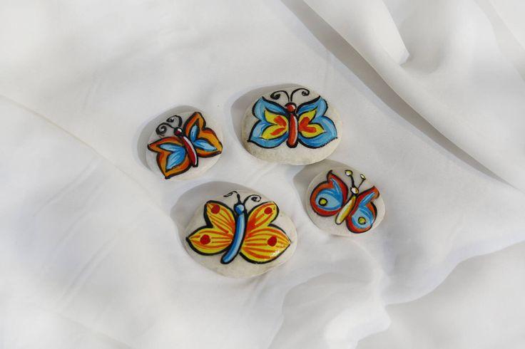 Sassi dipinti farfalle colorate decorazione casa fermacarte regalo bambini marmo di Carrara colorato sasso farfalla azzurro rosa  giallo di soniacrea su Etsy https://www.etsy.com/it/listing/522017343/sassi-dipinti-farfalle-colorate