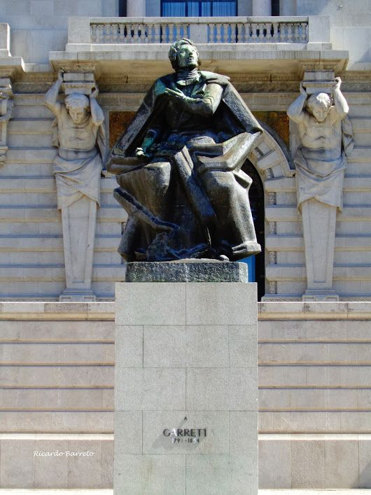 Estátua do escritor portuense Almeida Garrett à entrada da Câmara Municipal do Porto