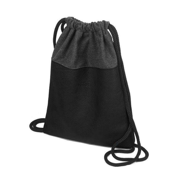PLECAK SKÓRZANY 01 Worek / plecak z czarnej skóry naturalnej.  Wymiary: szerokość 32 cm, wysokość 39 cm.  Użyte materiały: czarna skóra naturalna, grafitowa wełna parzona, czarna podszewka.  W środku mała kieszonka, plecak ściągany grubym sznurkiem. #backpack #plecak #rucksack