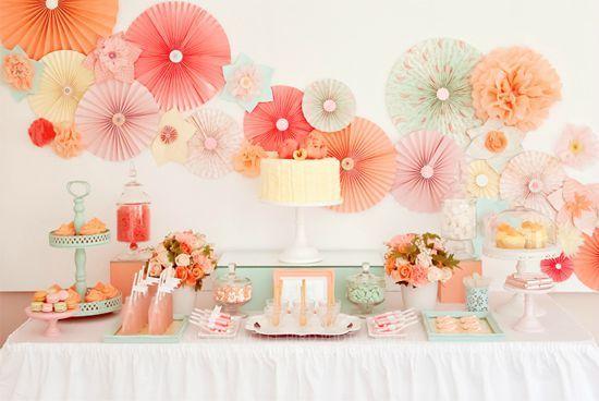 Sweet table, coloris pastels, jolie fleurs en papier de soie pour habiller un mur nu.
