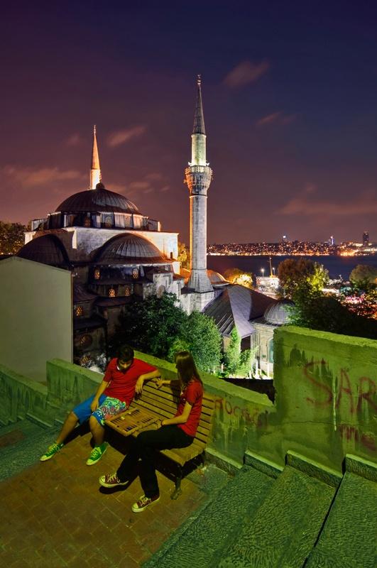 Istanbul - playing backgammon