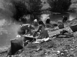 Πλύσιμο ρούχων στο ποτάμι στη Βούλα Τρικάλων 1961.  Φωτογράφος Τάκης Τλούπας http://takis.tloupas.gr