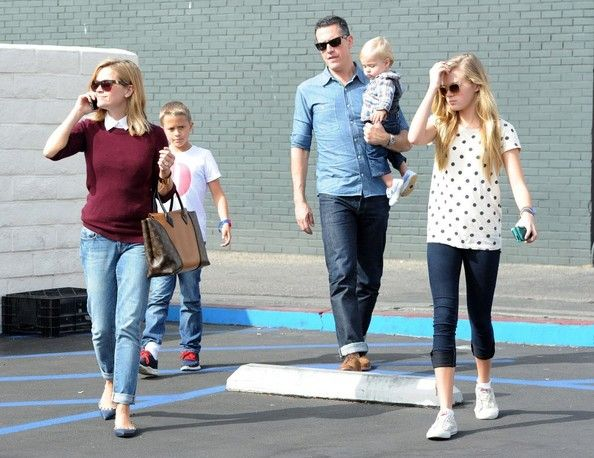Deacon Phillippe Photos - Reese Witherspoon Grabs Lunch with Her Family - Zimbio