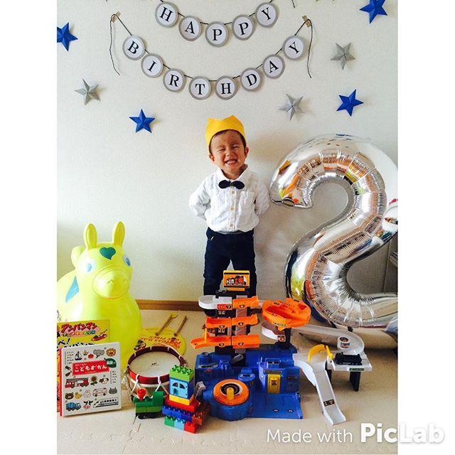 Instagram media maiharu919 - * 昨日の誕生日パーティー⑅◡̈*. まずはたーくさんのプレゼントに囲まれて♡  幸せすぎてまたしゃくれ顔(●︎´д`●︎) #男の子#息子#誕生日#2歳誕生日 #2歳 #9月生まれ #誕生日プレゼント#duplo#トミカ工場#ロディ#太鼓#絵本#ニューバランス