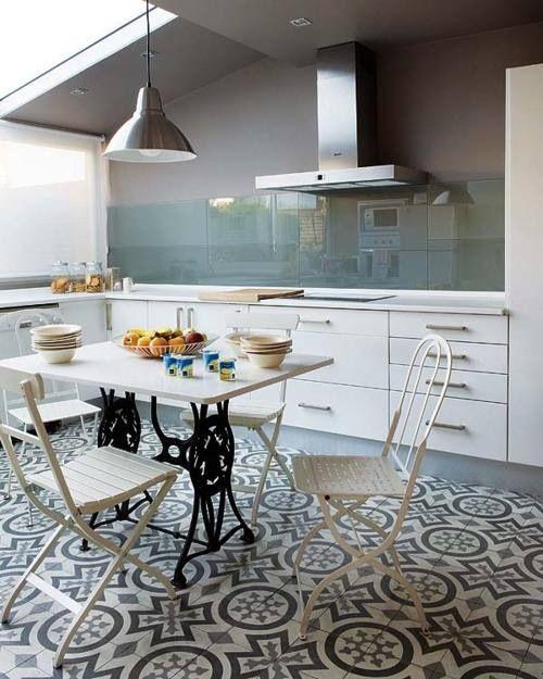 Cocina minimalista donde el protagonista es el suelo, donde han utilizado azulejos antiguos, con dibujos geométricos.