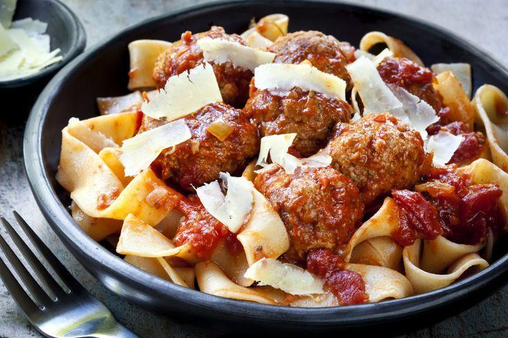 cibo toscano | Pappardelle al sugo di polpettine e parmigiano / Shutterstock.com