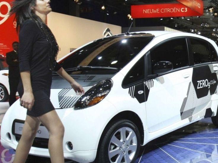 Cinquante Citroën C-Zéro électriques seront disponibles en auto-partage à Lyon et Bordeaux. En alliance avec le groupe Bolloré. Paradoxalement, ce nouveau mode de déplacement intéresse les constructeurs.