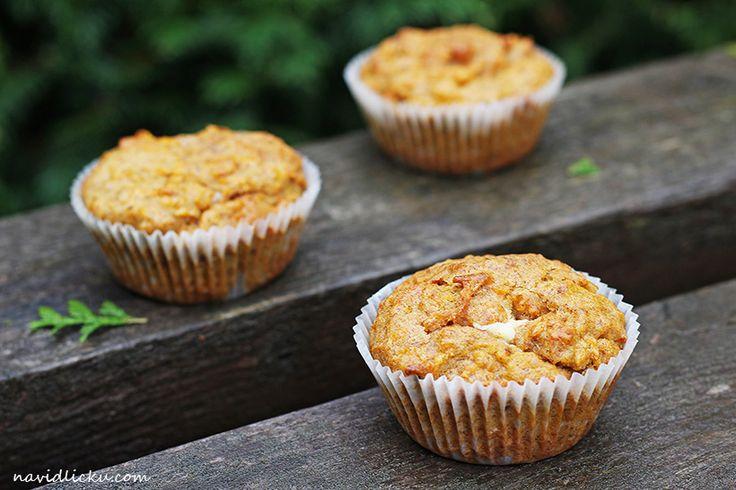 Carrot Cake Cupcakes with Cream Cheese Filling / Mrkvové muffiny s bílou čokoládou | Na vidličku food blog