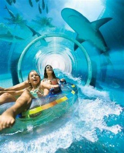 ドバイにある五つ星ホテルATLANTISのプールに、9階の高さからサメの泳ぐ水槽の中の透明トンネルに落下するという、あまりに怖すぎるウォータースライダーがあるのをご存知でしたか?一度は体験してみたいスリリングなスライダー!