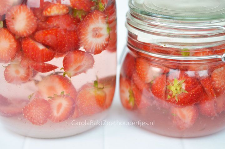 Make your own strawberry liqueur. A recipe by Yvette van Boven. Je eigen aardbeienlikeur? Die maak je gewoon zelf. Hoe leuk is dat!