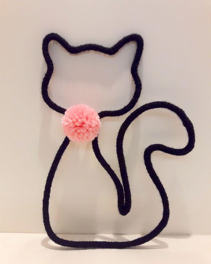 Gato feito em tricotin na cor preto com pompom rosa no pescoço.  Item para decoração de quarto ou decor de festa infantil.  Podemos fazer em outra cor sob encomenda.