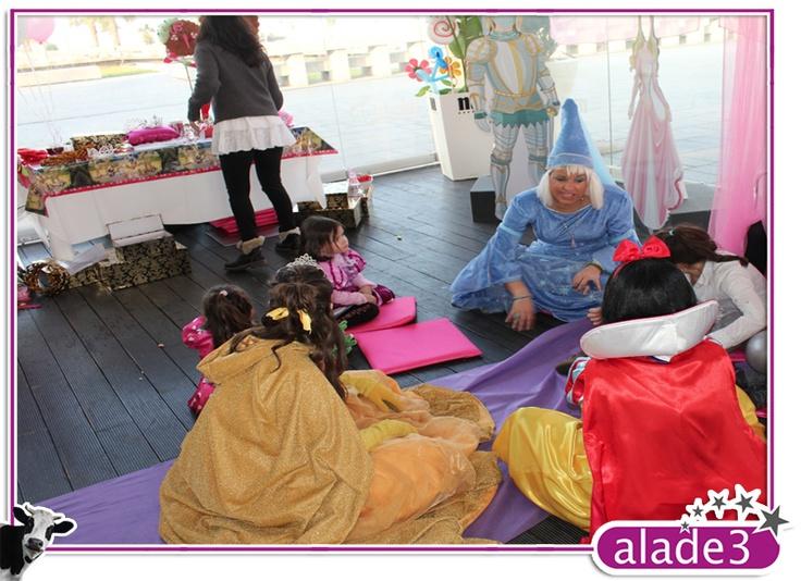 El hada madrina contando cuentos a las princesitas