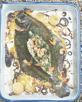 Prawn-stuffed flatfish - 1.2-1.5kg or 4x200g flatfish (flounder, lemon or Dover sole, plaice turbot or brill), 2 medium onions, sea salt, freshly ground black pepper, 3 T olive oil, 2 cloves garlic, cayenne pepper, 1 lemon, 250 g raw prawns, olive oil, 1 splash white wine, 1 small bunch fresh flat-leaf parsley