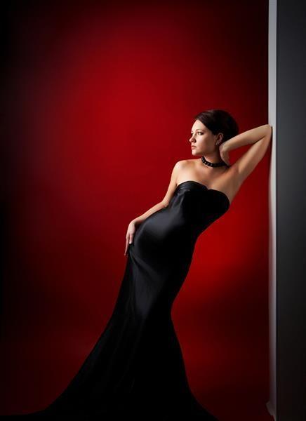 Портрет женщины в черном платье