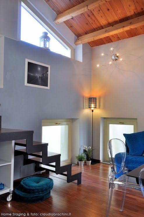 PARETE AZZURRO DIVANO TURCHESE turquoise blue   sofa stairs