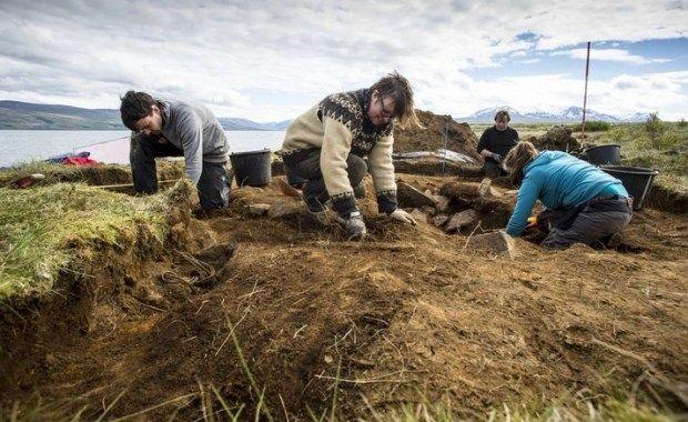 Hace pocos días arqueólogos que trabajan en el fiordo de Eyjafjörður, en el norte de Islandia, encontraron un enterramiento con los restos de un barco funerario de la era vikinga.  De las características de la tumba deducen que corresponde a un jefe o a un individuo que habría atesorado grandes ri