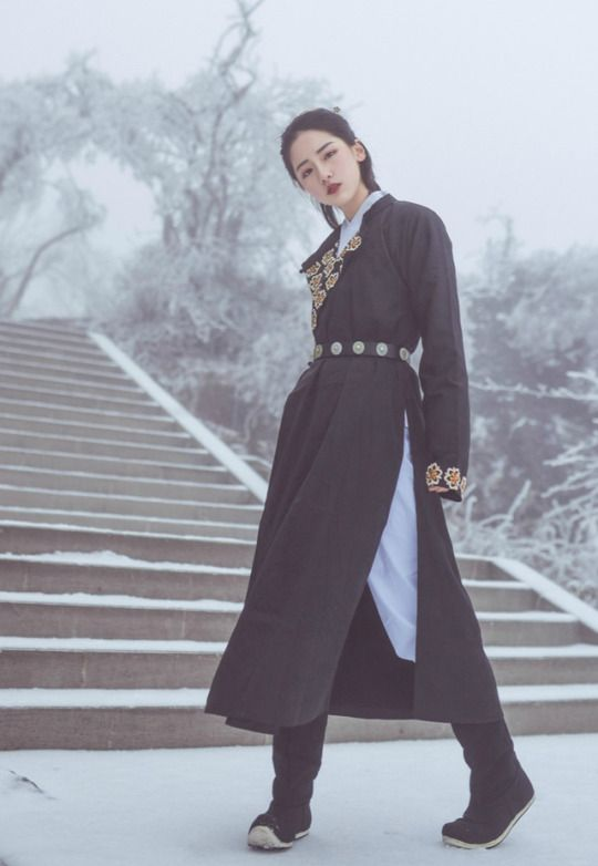 handsome women in yuanlingpao圆领袍, a type of men's hanfu.