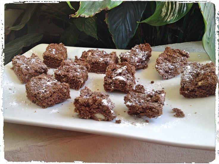Listos los snack de la semana! Brownie proteico.. Media taza de almendras y media de avena (todo a la licuadora hasta que quede polvo. Reemplaza la harina)+3 cdas mantequilla de mani light+stevia+3 cdas cacao en polvo+1 cda proteina en polvo+3 claras de huevo.. Poner en molde y llevar al horno media hora a 180 grados